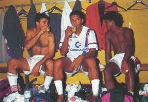 Les trois Brésiliens Ricardo, Geraldo et Valdo, verre à la main, à l'issue de la rencontre...