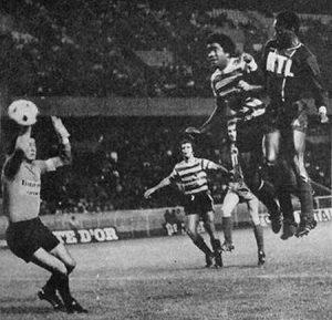 François M'Pelé s'élève plus haut que tout le monde et trompe Damas, le portier du Sporting