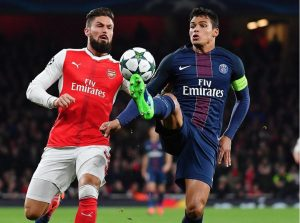 Thiago Silva, impeccable au cours de ce match, devance Giroud (S. Mantey)