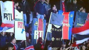 """Les """"2-mâts"""" du groupe Lista Nera Paris, reprenant différents maillots de l'histoire du PSG"""