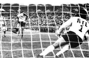 Duel de gardiens à la 34ème minute : Pantelic prend Dominique Baratelli à contre-pied et remet les deux équipe à égalité parfaite sur l'ensemble des deux matchs (archives Nicolas Gauthier)