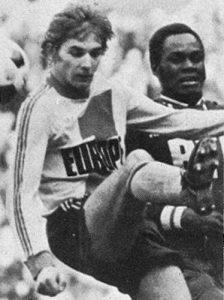 François M'Pelé aux prises avec Flak